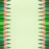 Grüne Bleistifte auf Papierbeschaffenheit Stockbild