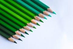 Grüne Bleistifte in der Reihe, lokalisiert auf weißem Hintergrund Lizenzfreie Stockfotografie