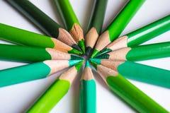 Grüne Bleistifte, die einen Farbkreis lokalisiert auf weißem Hintergrund bilden Stockfotografie