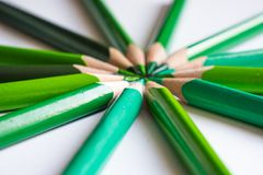 Grüne Bleistifte, die einen Farbkreis lokalisiert auf weißem Hintergrund bilden Lizenzfreie Stockfotografie