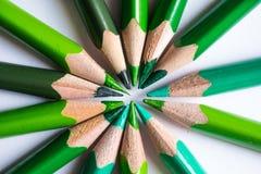 Grüne Bleistifte, die einen Farbkreis lokalisiert auf weißem Hintergrund bilden Stockbilder