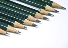 Grüne Bleistifte lokalisiert Stockbild