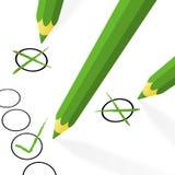 grüne Bleistifte mit Haken und Kreuzen Lizenzfreie Stockfotos