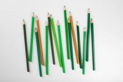 Grüne Bleistifte von verschiedenen Schatten Lizenzfreie Stockfotografie