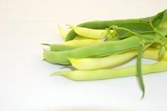 Grüne Bohnen auf einem weißen Hintergrund Stockbilder