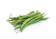Grüne Bohnen auf weißem Hintergrund stockfotos