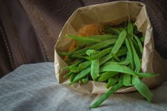 Grüne Bohnen in einer Tasche lizenzfreie stockfotos