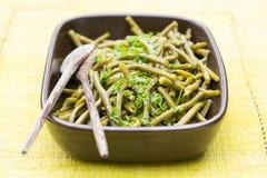 Grüne Bohnen gekocht mit Petersilie in der Platte Lizenzfreie Stockfotos