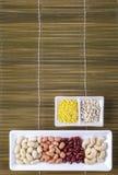 Grüne Bohnen, Hirse, Acajounüsse und Mischnüsse Stockfotos