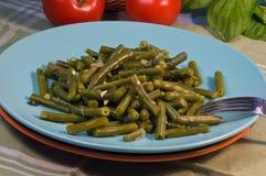 Grüne Bohnen mit Basilikum Stockfoto