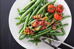 Grüne Bohnen mit Speck Stockfoto