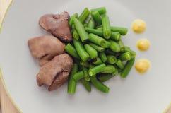 Grüne Bohnen und gekochte hühnerleber Stockbild