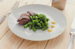 Grüne Bohnen und gekochte hühnerleber Stockbilder