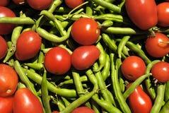 Grüne Bohnen und rote Tomaten Stockfotos