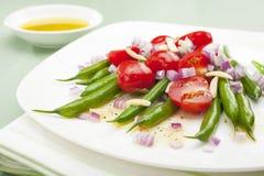 Grüne Bohnen-und Tomate-Salat stockfotografie