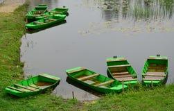 Grüne Boote am Nationalpark Zasavica Lizenzfreies Stockbild