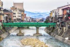 Grüne Brücke über dem Fluss in Takayama, Japan Lizenzfreies Stockbild
