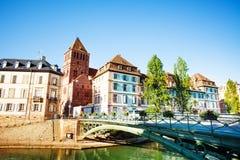 Grüne Brücke über dem kranken Fluss in Straßburg lizenzfreies stockbild