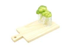 Grüne Brokkolikohlblumen in der Flasche Lizenzfreie Stockfotografie