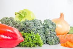 Grüne Brokkolisprösslinge und frische Kräuter auf der weißen Tabelle Vegetarische Zusammensetzung Lizenzfreies Stockfoto