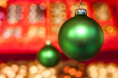 Grüne chrsitmas Bälle mit rotem Hintergrund Stockbild