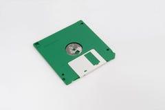 Grüne Diskette (Rückseite) auf weißem Hintergrund Stockfoto