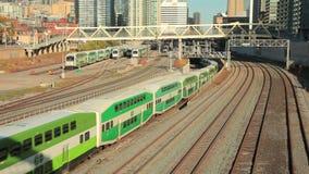 Grüne Doppeldeckerzüge in Toronto, Kanada stock video footage