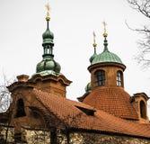 Grüne Drehköpfe auf einem Schloss Stockbild