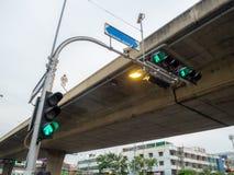 Grüne drei Ampel am Schnitt in der Stadt stockfotografie