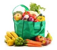 Grüne Einkaufstasche mit Lebensmittelgeschäftprodukten auf Weiß Stockbild