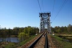 Grüne Eisenbahnbrücke Stockbild