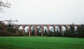 Grüne Eisenbahnbrücke Stockfoto