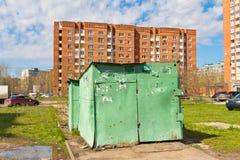 Grüne Eisenhalle steht auf dem Bürgersteig Stockfotografie