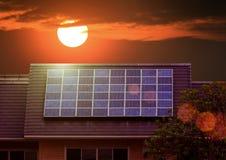 Grüne Energie der Solarzellenplatte auf Hausdach Lizenzfreie Stockbilder
