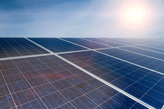 Grüne Energie - Sonnenkollektoren mit blauem Himmel Stockfotografie