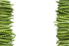 Grüne Erbsen auf einem weißen Hintergrund Grüne Erbsen an der Grenze des Bildes mit Kopienraum für Text Frische grüne Erbsen auf  Lizenzfreie Stockfotos
