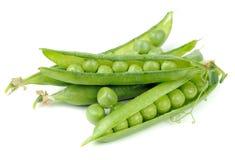 Grüne Erbsen in den Hülsen lokalisiert auf weißem Hintergrund Lizenzfreie Stockbilder
