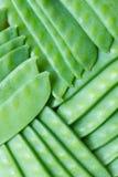 Grüne Erbsen in der Hülse Stockfotografie