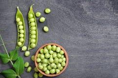 Grüne Erbsen in der Schüssel Stockfotografie