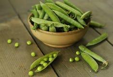 Grüne Erbsen in einer Schüssel Stockfotos