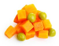 Grüne Erbsen mit den Karotten lokalisiert Stockfoto
