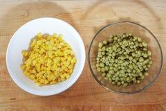 Grüne Erbsen und Mais Stockfotografie
