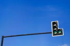 Grüne Farbe auf der Ampel mit einem schönen blauen Himmel im Ba Lizenzfreie Stockbilder