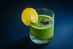 Grüne Farbe des rohen Smoothie mit Sellerie, Gurke und Spinat Abschluss oben lizenzfreies stockfoto