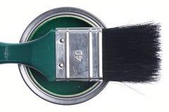 Grüne Farbendose mit der Bürste lokalisiert auf einem Weiß stockfotografie