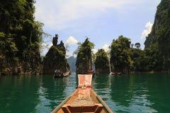 Grüne Farbwasser mit einem sich hin- und herbewegenden Boot Lizenzfreies Stockbild