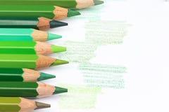 Grüne Farbzeichenstifte und gezeichnete grüne Proben Lizenzfreies Stockfoto
