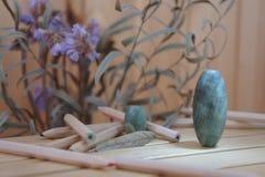 Grüne Felsen, Bleistifte und Blumen lizenzfreie stockfotos