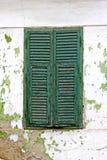 Grüne Fensterblendenverschlüsse lizenzfreie stockfotografie