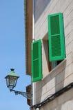 Grüne Fensterläden Lizenzfreie Stockfotografie